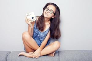 adolescente avec caméra. photo
