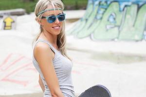 jeune adolescent dans le parc de planche à roulettes photo