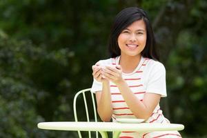 adolescente avec boisson chaude au café en plein air photo