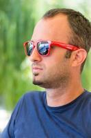 portrait masculin, à, lunettes soleil photo