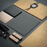 éléments de marque sur fond de papier noir
