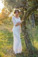 fille près d'un arbre au coucher du soleil
