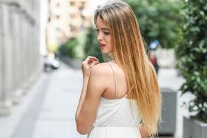 belle fille blonde en milieu urbain