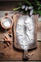 décorer avec du sucre glace des biscuits de Noël