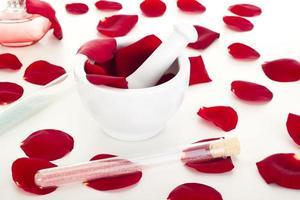 pétales de rose avec mortier photo