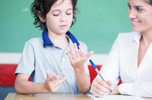 main d'enfant apprenant les mathématiques avec l'enseignant photo