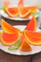 tranches d'orange gelée sur une plaque.