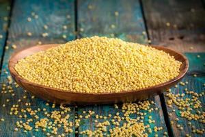 graines de mil bio dans un bol en bois photo