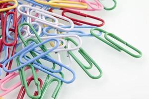 tas de trombones colorés, gros plan photo
