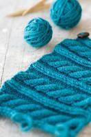 modèle de tricot et aiguilles sur un fond en bois photo