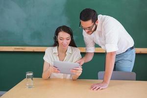 collègues occasionnels à l'aide de tablette numérique photo