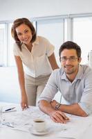 deux collègues travaillant sur des plans au bureau photo