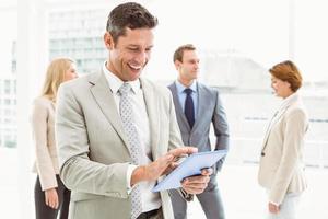 homme affaires, utilisation, tablette numérique, à, collègues, derrière photo