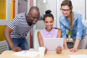 collègues occasionnels à l'aide de tablette numérique au bureau photo