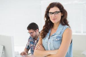 femme posant devant son collègue photo