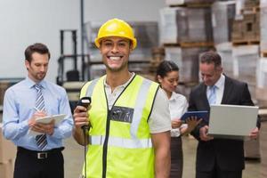 travailleur debout avec scanner devant ses collègues photo