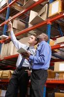 deux hommes d'affaires avec tablette numérique en entrepôt photo