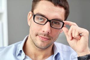 portrait, homme affaires, lunettes, bureau photo