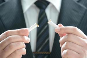 ne pas fumer par un homme d'affaires photo