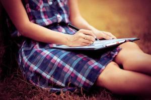 jeune femme d'affaires planifiant, écrivant et examinant le rapport à ci photo