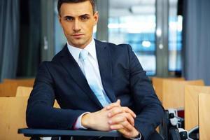 homme affaires, debout, conférence, salle photo
