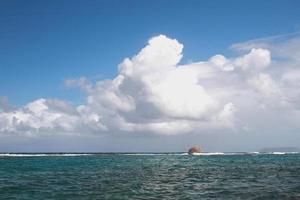 approche du front de tempête en mer. anse gourde, guadeloupe photo