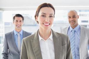 collègues d'affaires souriant à la caméra photo