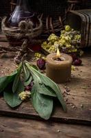 herbe médicinale et bougie allumée photo