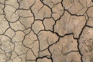 terre cracekd en saison de sécheresse, motif de fond, catastrophe. photo