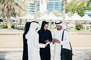 groupe de gens d'affaires arabes à l'extérieur photo