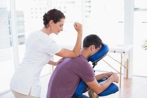 homme ayant le massage du dos photo