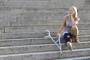 femme blonde avec des béquilles