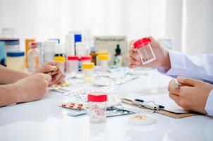 pharmaciens travaillant au cabinet photo