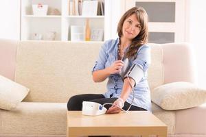 femme, vérification, tension artérielle photo