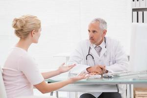 patient consultant un médecin sérieux photo