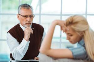 concept de consultation avec un psychologue photo