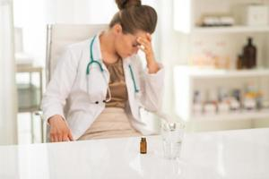 Gros plan sur calmant et verre stressé médecin en arrière-plan