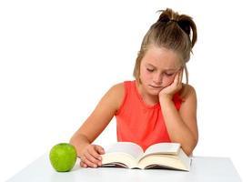 petite fille lisant un livre photo