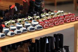 chaussures pour enfants sur l'étagère photo