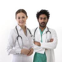 travailleurs de la santé portant des gommages médicaux et un stéthoscope. photo
