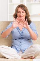 femme pratiquant la médecine énergétique photo