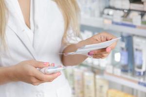 gros plan, pharmacien, vérification, prescription photo
