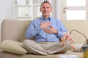 homme pratiquant la médecine énergétique photo