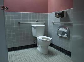 toilettes accessibles aux personnes handicapées dans les bureaux de l'entreprise photo