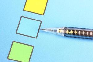 Crayon mécanique pointez sur la case bleue. photo