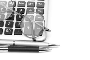 lunettes et stylo sur calculatrice photo