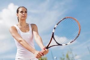 jeune femme jouant au tennis photo