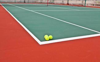 court de tennis à la ligne de base avec ballon photo