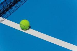 balle de tennis sur le terrain photo