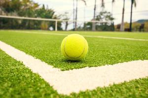court de tennis avec balle de tennis photo